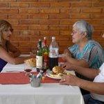 En el comedor, compartiendo un rico plato.