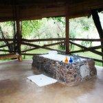 Freiluft Badewanne vom Zelt mit Blick in die Natur