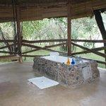 Aussenbereich des Zeltes: Bad und Schaukel