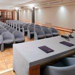 La sala congressi/conferenze con videoproiezione e bar e ingresso  autonomi