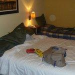 Dormitorio con cama matrimonial y una cama de una plaza. Eso es toda la habita