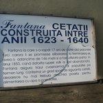 Cartel indicador de la construcción del pozo de agua realizado por prisioneros