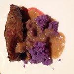 Taco sobre base de patata morada y boletus