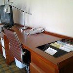 04 Desk of room 735 LAX 4 Pts