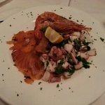 Antipasto freddo : polipo , salmone , gamberone