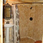 Hickory Hollow log cabin bathroom