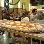 pizza a metro servita al tavolo