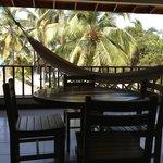 Balkon mit Tisch und Hängematte