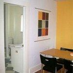 """Apart-Suite """" Mapleview """" entrance bathroom"""