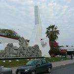 gegenüber Holiday Inn - Denkmal vor Maya-Museum