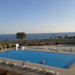 vue d'un balcon, piscine et mer