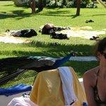 Gente que estaba recostada en el pasto.