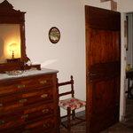 la camera con il cassettone antico
