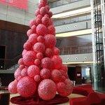 дизайнерская новогодняя елка в Jumeirah creekside