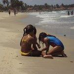 Brincando na areia do mar