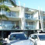 La facciata principale del Sea Spray Suites