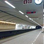 La stazione metro Acropolis di sera tardi in settembre