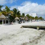 playa del hotel con muelle