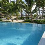 piscine près de la mer