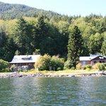 Grissly Bear Lodge vom Wasser aus