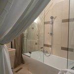 salle de bain: baignoire avec douche/ vasque