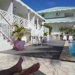 l'hotel au bord de la piscine