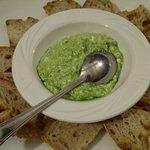 Crostini con crema di ricotta prezzemolo e aglio