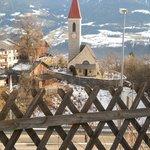 Vista della chiesa di TIls dall'albergo