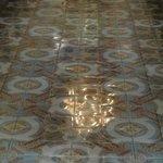 reflexo do lustre da catedral no seu piso de ladrilho hidráulico