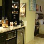 Vista desde el baño hacia la habitación y kitchenette