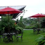 mesas de jardin junto al restaurante