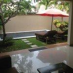 Villa 7 - vue de la piscine depuis le salon