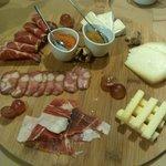 tábua de enchidos e queijos