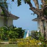 Vue sur mer entre deux bungalows