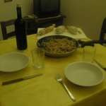la nostra cenetta con strangozzi al tartufo, salumi e vino gentilmente offerto dai gestori!