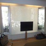 """A TV que fica em frente à cama e diante de um """"jardinzinho"""""""