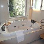 A banheira (que dá para o mesmo jardinzinho do quarto)