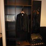 Ivbergs Premium Hotel offener Kleiderschrank