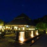 restaurant et piscine de nuit