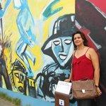 Sandra Sousa posando para foto no Muro em Berlim
