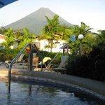 Área de piscina y jacuzzi con vista al Volcán Arenal