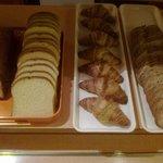 Croissants et pain de campagne de boulangerie