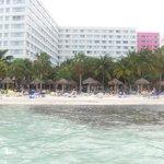 Hotel y playa desde el mar