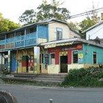 il bar e il negozio di fronte
