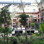 giardino interno con piscina