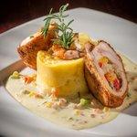 Rollo de Pechuga de Pollo relleno de Camrones en Salsa Blanca/ Chicken breast roll in Shrips