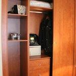 Шкаф (сейф, запасная подушка с одеялом и вешалки)