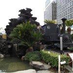 足湯の目の前にある 軽便鉄道機関車