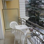 балкон со столом и стульями