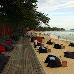 La plage au bout de l'hôtel
